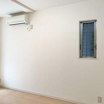 サイドの窓は換気用として。ベッドを置くならこちらの壁側かな。