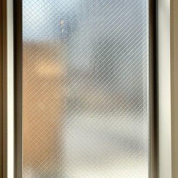 玄関側は型板ガラスのため、目線はあまり気にならないかも。