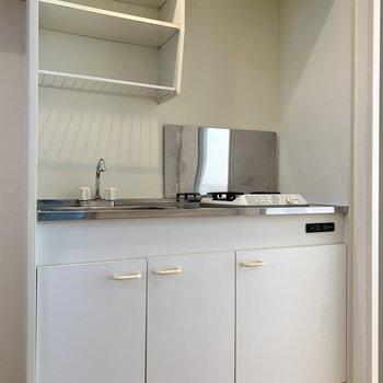 キッチンはシンプル。上部には食器や調味料を置けます。