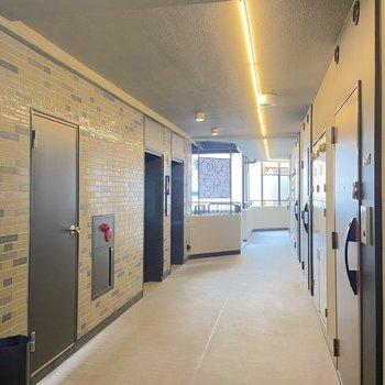 エレベーターは2基設置。レトロなタイルが愛らしい。