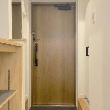 玄関扉は二重ロックでセキュリティも高めです