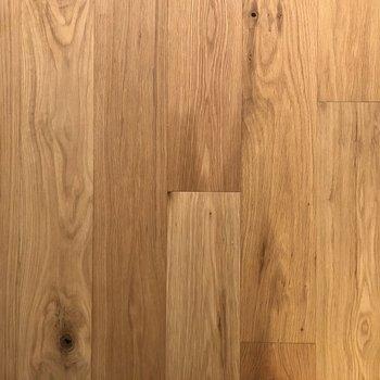 足元にはオークの無垢床が広がっています。