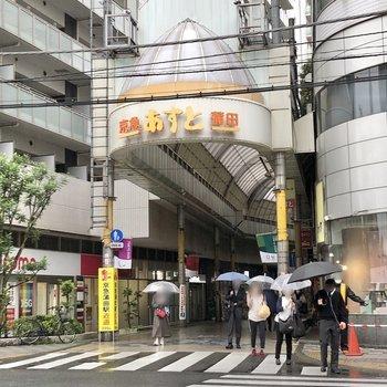すぐ近くには商店街があります。