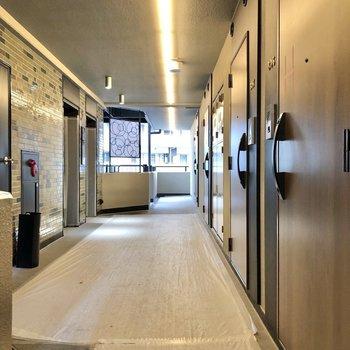 お部屋の前の廊下は開放的。
