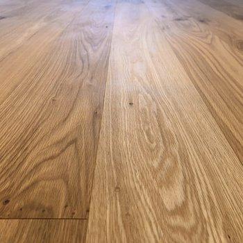 木目が印象的なオークのフローリング