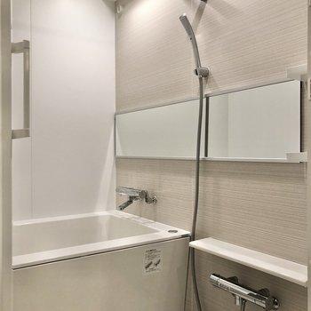 お風呂ではワイドな鏡が出迎えてくれます。