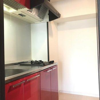 赤いキッチンがアクセントに!(※写真は7階の同間取り別部屋のものです)