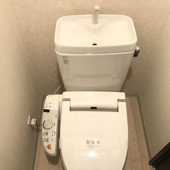 トイレもコンパクトです!(※写真は7階の同間取り別部屋のものです)