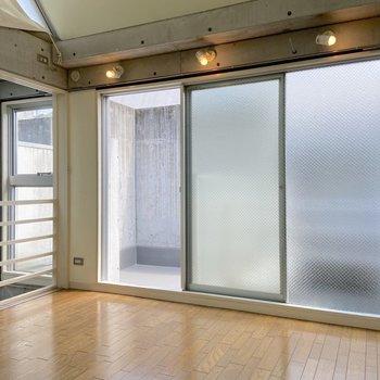 【3階】大きな窓からしっかり光が入ってきます。