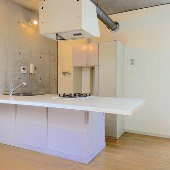 【2階】キッチンが中心に据えられています。