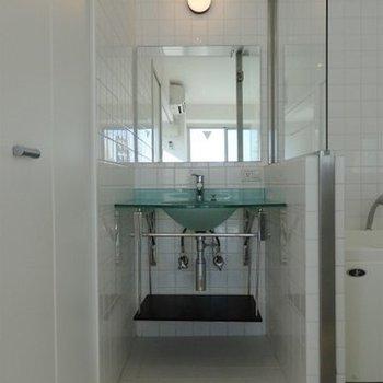 おしゃれなスケルトン洗面台。(※写真は11階の同間取り別部屋のものです)