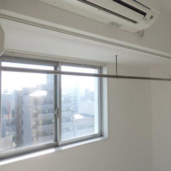 室内物干し竿としても使えそう。(※写真は11階の同間取り別部屋のものです)