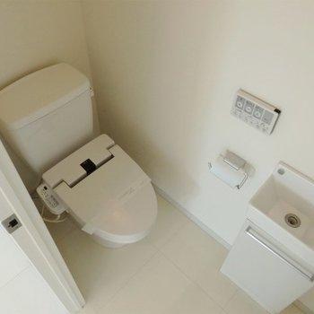 トイレにも洗面台付いています(※写真は11階の同間取り別部屋のものです)
