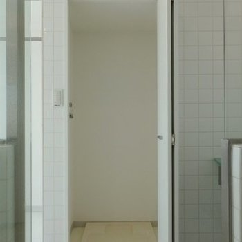 洗濯機は隠して置けます。(※写真は11階の同間取り別部屋のものです)