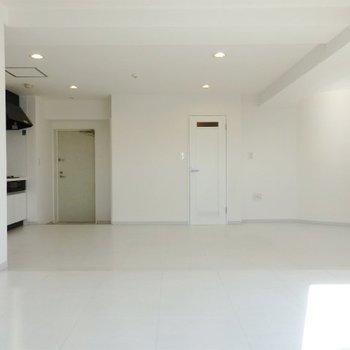 真っ白なお部屋です。(※写真は11階の同間取り別部屋のものです)