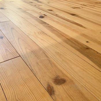 足元には自然味を感じる素敵な無垢床。