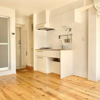 白が基調のかわいいキッチン。