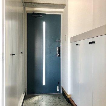 玄関はブルーの扉で鮮やか!両サイド収納になっています。