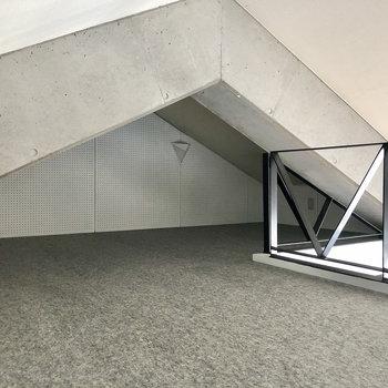 天井低めですが抜けると、奥行きありますよ。