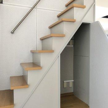 さて階段を登りロフトへ!階段下には収納付き。