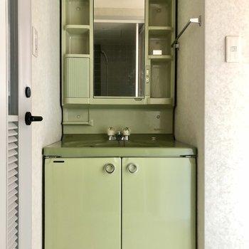 グリーンのレトロな洗面台。