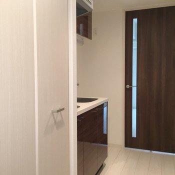 玄関からただいまーの景色。左は洗濯機置き場です。(※写真は10階の同間取り別部屋のものです)