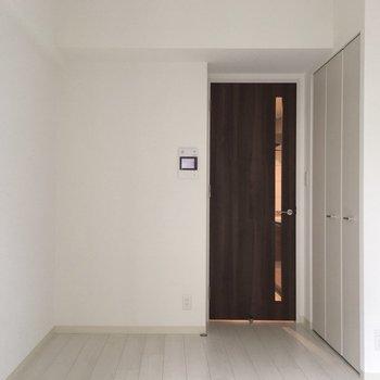 どんな家具にも合うスタンダードなお部屋。(※写真は10階の同間取り別部屋のものです)