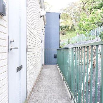 玄関前。共用部も開放的な作りです。