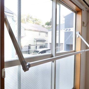 窓前には室内物干しがありました。