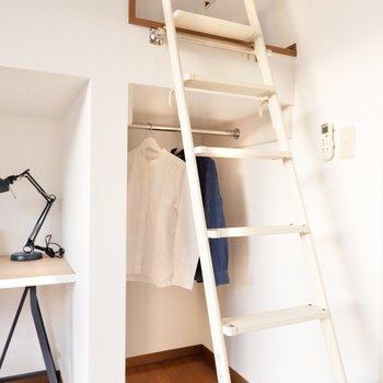 はしご裏はオープンクローゼットになっていますよ。
