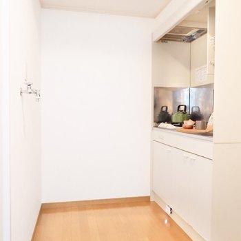 ゆったりとしたキッチンスペース。洗濯機置場もこちらにあります。