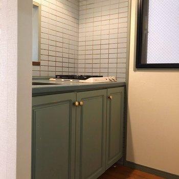 キッチン部分も窓があるので換気もしっかり!(※写真は清掃前の同間取り別部屋のものです)
