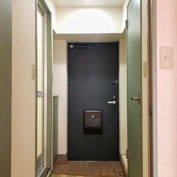 玄関前はフローリングとネイビーでまた違う印象に♪(※写真は清掃前の同間取り別部屋のものです)