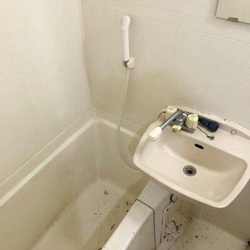 2点ユニットでお風呂はさくっと!(※写真は清掃前の同間取り別部屋のものです)