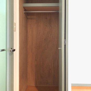 クローゼットは狭めかな・・・(※写真は清掃前の同間取り別部屋のものです)