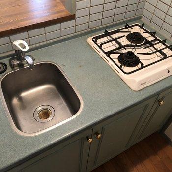 特徴的な色のキッチン!シンクは少し狭いかも・・効率よく洗い物もしながら料理しましょう。(※写真は清掃前の同間取り別部屋のものです)