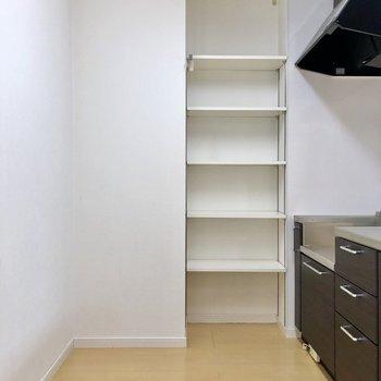 造り付けの棚もありますよ!後ろには家電なども充実させましょう!(※写真は反転間取り別部屋のものです)