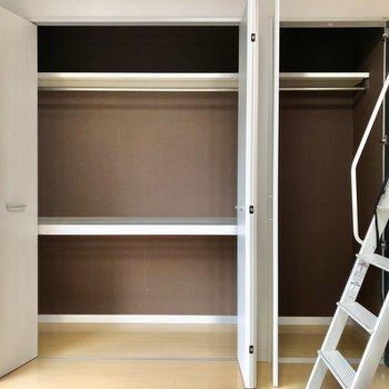 反対側の壁は一面収納になっています。右手の梯子を登ると・・・(※写真は反転間取り別部屋のものです)
