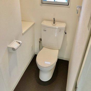 トイレはシンプルタイプ。(※写真は反転間取り別部屋のものです)
