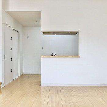 キッチン側に寄せてダイニングテーブルを置くと広く使えます。(※写真は反転間取り別部屋のものです)