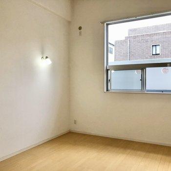 スポットライトがお部屋の雰囲気を出してくれています。(※写真は反転間取り別部屋のものです)