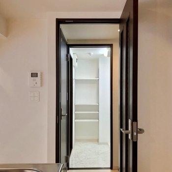 サニタリーの設備は玄関側にあります。
