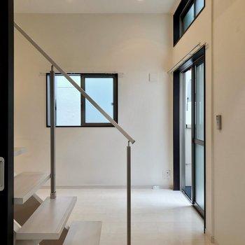 リビングと洋室の間に階段。引き戸で仕切ることもできます。