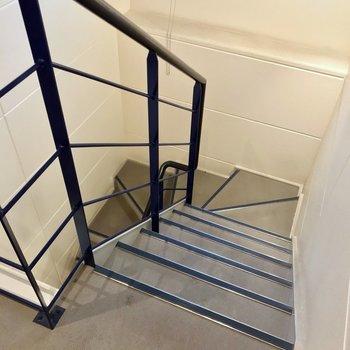 この階段をのぼって4階のお部屋まで。大きな家具がある方はこちらも採寸を!