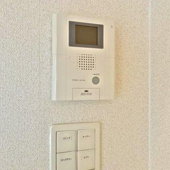 扉の近くにはモニターホンがついています。照明のスイッチも押しやすいものです。