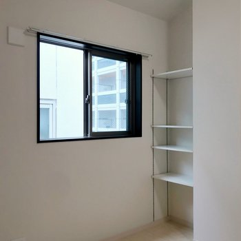 窓際には可動棚もついていました。書斎スペースにいいですね。