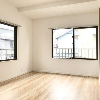 片方の洋室は大きな窓に囲まれた心地いい空間。左の窓は南向きですよ