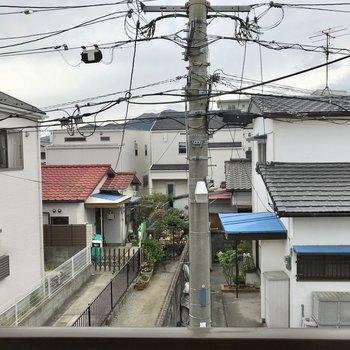 南向きの窓からはアパート前の道路がちらり。静かな環境で暮らしやすいなぁ