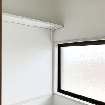 上には棚と、そして大きな窓も!