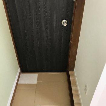 玄関はこぢんまり。シューズボックスはないので向かい側にスリムなラックを置きましょう…!